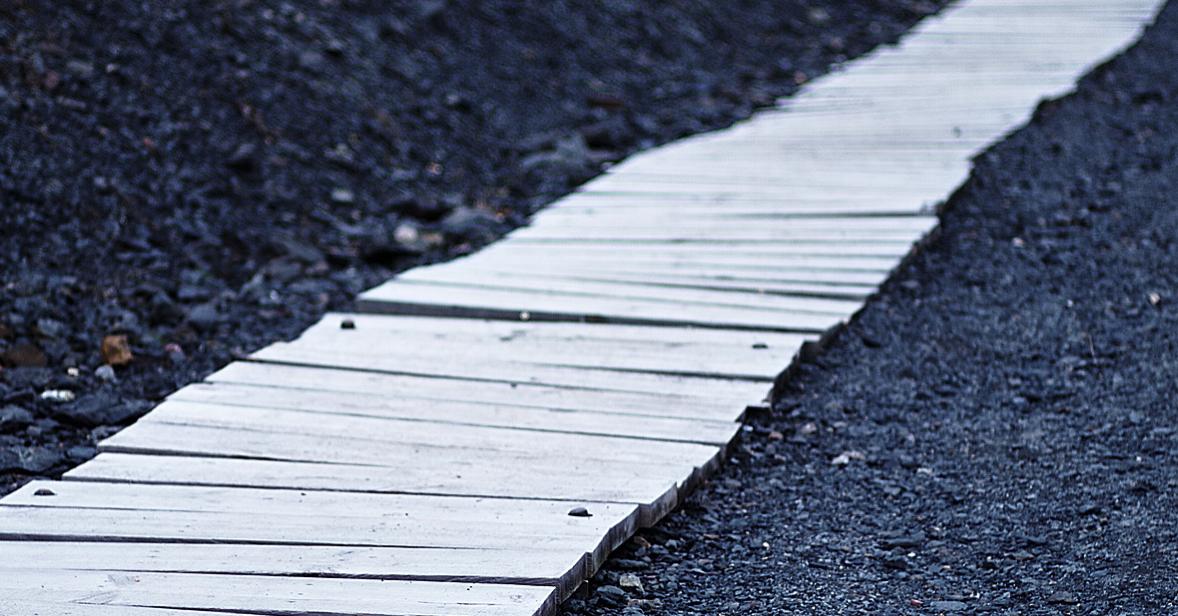 Un camino de tablas que expresa el destino de la vida
