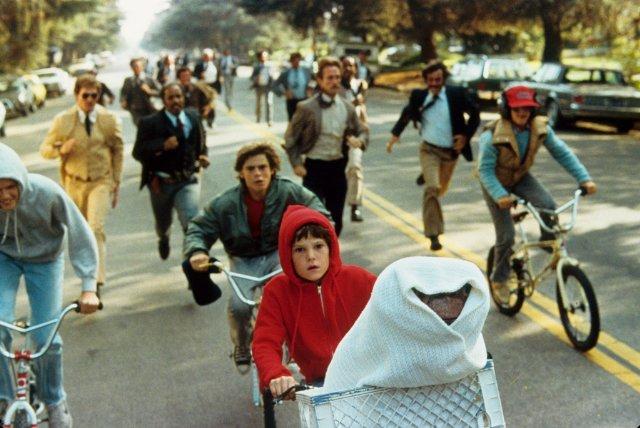 Niños en bicicleta salvando a ET de la persecución de los burócratas gubernamentales